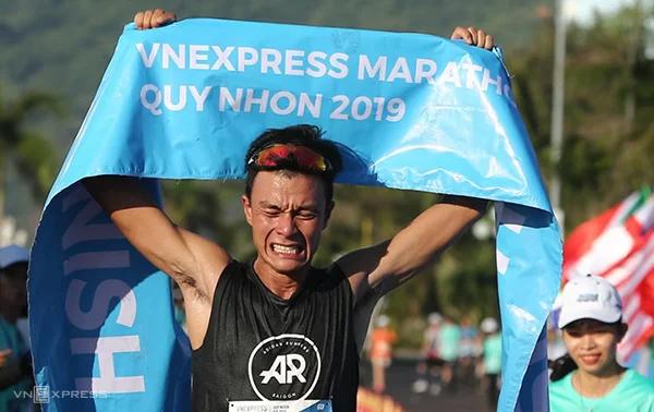 Hồng Lệ (ảnh trên) và Quang Hòa (ảnh dưới) về nhất trên đường chạy full marathon VM Quy Nhơn hôm 9/6. Ảnh: Đức Đồng.