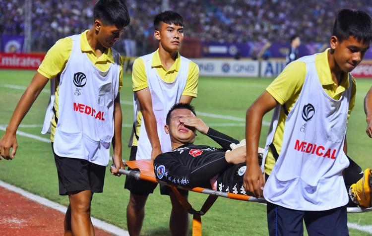 Văn Công đau đớn rời sân trong trận hoà 2-2 trên sân Hàng Đẫy tối 25/9. Ảnh: Giang Huy