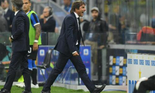 HLV Conte với phong cách mạnh mẽ quen thuộc.