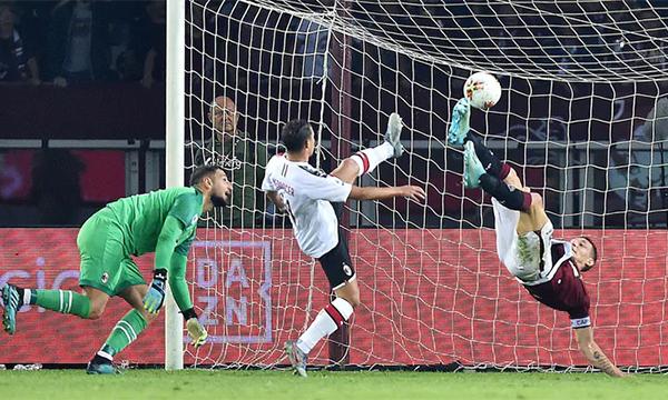 Belotti tung người móc bóng ấn định thắng lợi 2-1 cho Torino. Ảnh: ANSA.