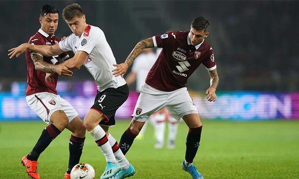Piatek (áo trắng) ghi bàn thứ hai từ đầu mùa, nhưng không đủ giúp Milan có điểm trên sân Torino. Ảnh: Lapresse.