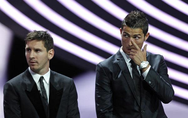 Messi (trái) đã hai lần bầu cho Ronaldo, nhưng Ronaldo chưa từng bầu cho Messi. Ảnh: Reuters.
