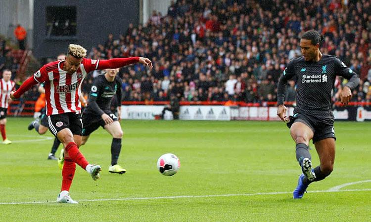 Sheffield (áo đỏ trắng) chơi quả cảm nhưng thua vì sai lầm của thủ môn. Ảnh: Reuters.