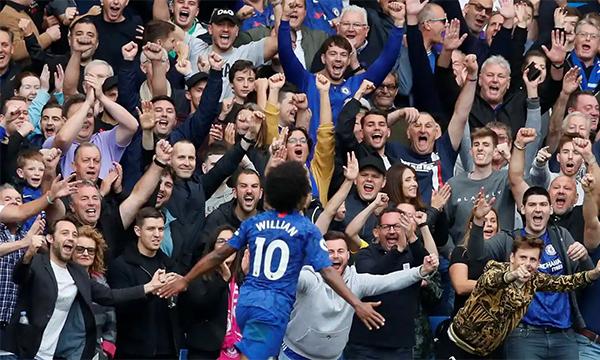 CĐV Chelsea lần đầu tiên được mừng chiến thắng cùng đội nhà tại Stamford Bridge ở Ngoại hạng Anh mùa này. Ảnh: Reuters.