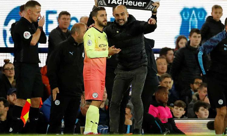 Guardiola nhắc nhở Bernardo Silva trước khi vào sân. Ảnh: Reuters.