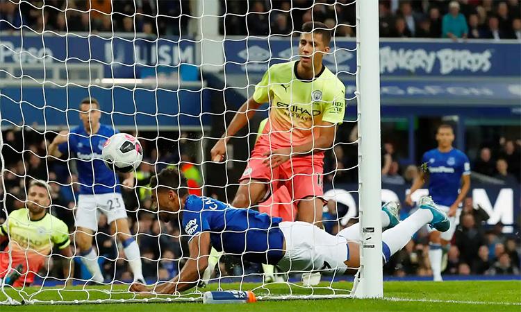 Everton khiến Man City trải qua 90 phút khó nhọc thật sự tại Goodison Park. Trong ảnh là tình huống Calvert-Lewin đánh đầu gỡ hoà 1-1 cho Everton ở phút 33. Ảnh: Reuters.