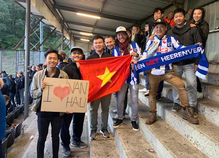 CĐV Việt Nam có mặt trên sân De Koel. Ảnh: Đắc Văn