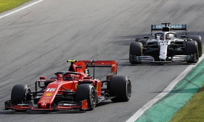 Hamilton thách thức Leclerc bảo vệ vị trí dẫn đầu sau khi xuất phát ở vòng đua chínhGP Nga. Ảnh: AP.