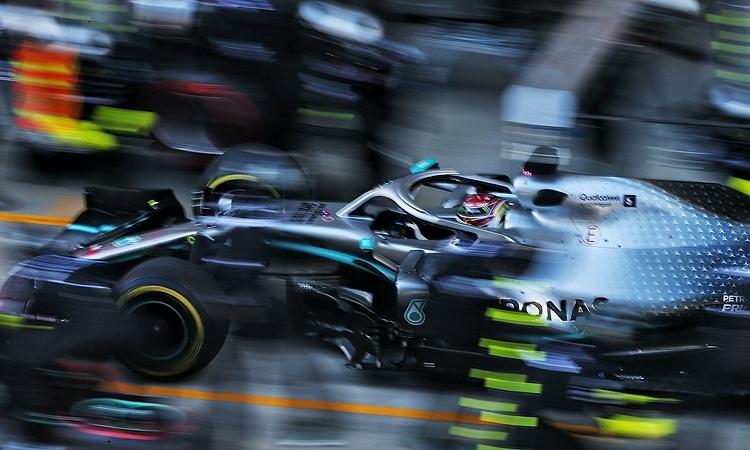 Chiếc W10 của Hamilton ở pit, khi xe an toàn ảo đang hoạt động. Ảnh: XPB.
