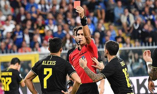 Sanchez bất ngờ với việc trọng tài lấy ra thẻ đỏ.