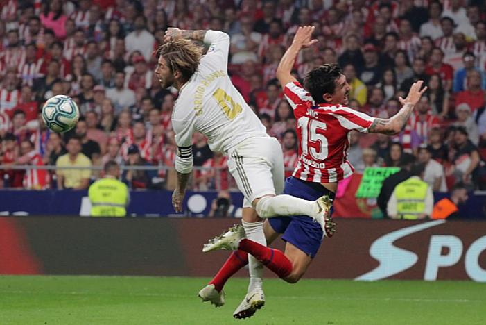Real (trắng) và Atletico tranh chấp bóng quyết liệt ở nhiều tình huống. Ảnh: Reuters.