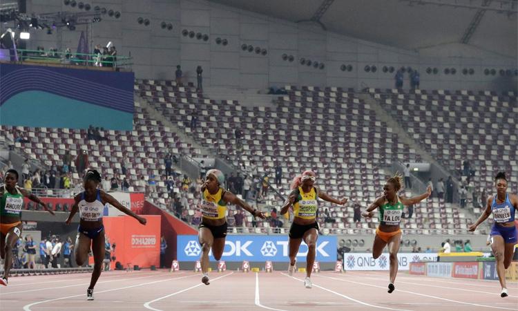 Sân vận động gần như không có khán giả khi tổ chức chung kếtnội dung 100m nữ. Ảnh: AP.
