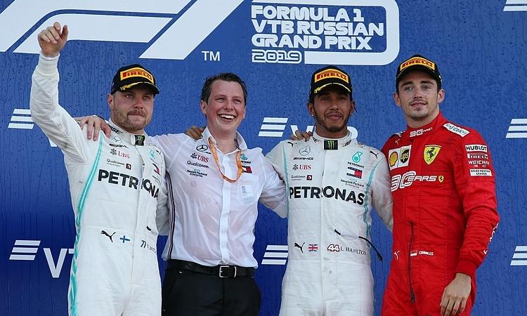 Hamilton (thứ hai từ phải sang) lần thứ chín thắng chặng mùa này. Ảnh: XPB.