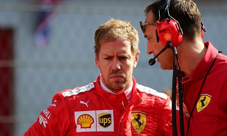 Vettel (trái) bất lực khi cơ hội thắng chặng thứ hai liên tiếp tiêu tan. Ảnh: Motorsport Week.