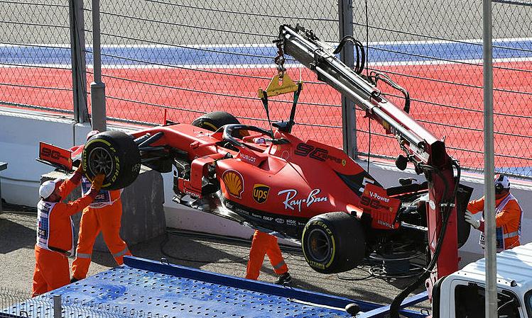 Chiếc SF90 của Vettel được đưa ra khỏi đường đua. Ảnh: Motorsport.
