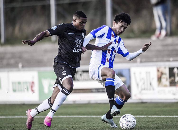 Đoàn Văn Hậu trong màu áo Heerenveen ở trận hoà 1-1 với Heracles Almelo tối 30/9.