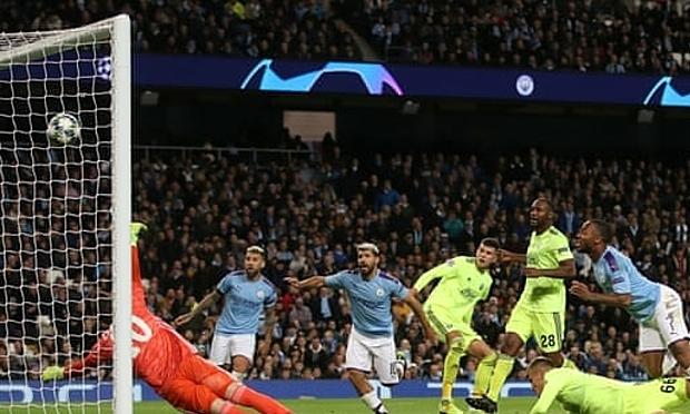 Sterling (số 7) ghi bàn thứ 10 trong 12 trận gần nhất. Ảnh: Reuters.