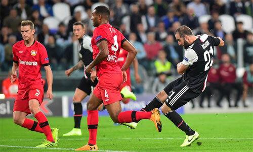 Higuain sút quá nhanh và chuẩn xác khiến hàng thủ Leverkusen không kịp ngăn cản. Ảnh: Reuters