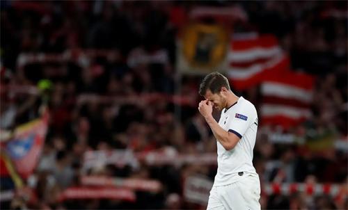 Jan Vertonghen không ngờ Tottenham thua tan tác. Ảnh: Reuters