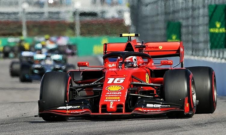 Leclerc không thể vượt Mercedes dù nhanh hơn hẳn trên đường thẳng dài. Mercedes nhỉnh hơn Ferrari không nhiềuở góc cua hẹp. Nhưng con số đó sẽ đáng kể nếu tính ở 12 góc cua. Ảnh: XPB.