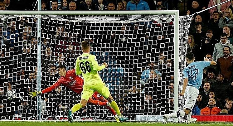 Foden (số 17) ấn định chiến thắng 2-0 ở phút 95. Ảnh: Reuters.