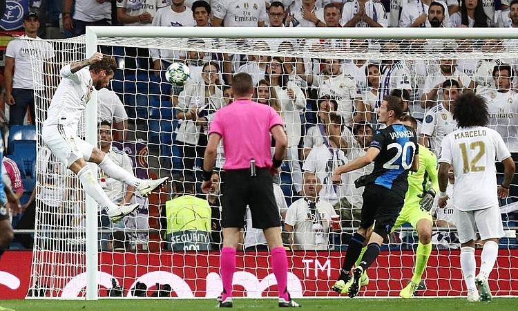 Ramos (trái) đánh đầu về góc xa rút ngắn tỷ số xuống còn 1-2. Ảnh: Reuters.