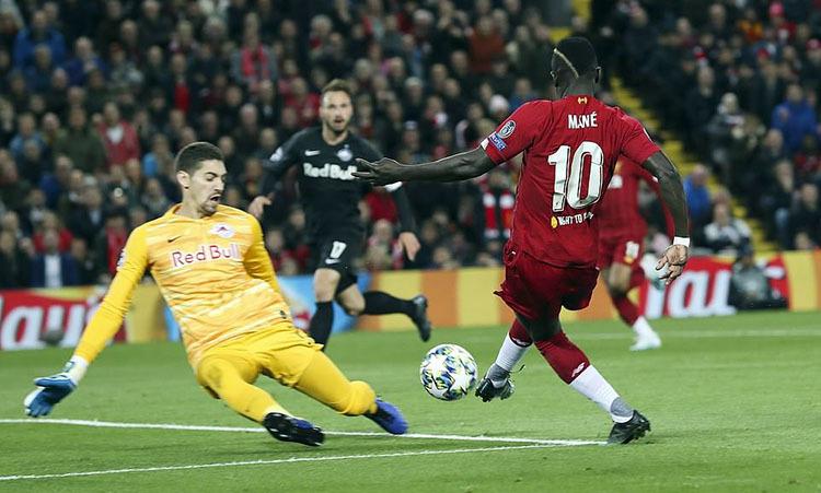 Mane dứt điểm cận thành mở tỷ số cho Liverpool. Ảnh: DM.
