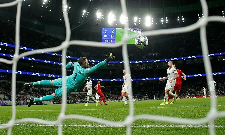 Gnarby (áo đỏ, trái) trong pha làm bàn ấn định kết quả 7-2 cho Bayern trướcTottenham. Ảnh: Guardian.