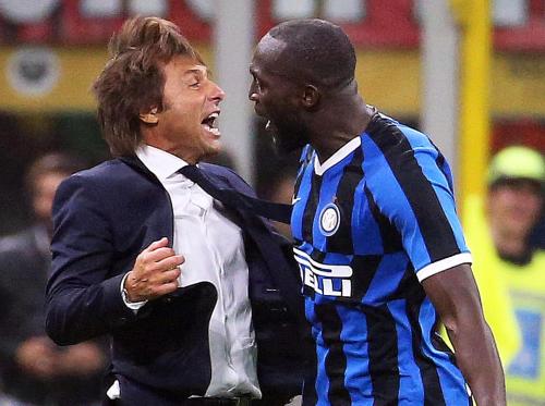 Niềm vui của thuyền trưởng Antonio Conte và học trò sau chiến thắng.