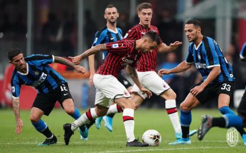 Thành tích thi đấu bết bát khiến MC Milan (áo đỏ)đứng áp chót bảng xếp hạng.