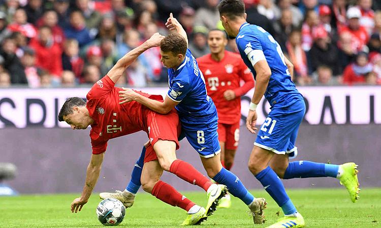 Bayern (áo đỏ) bất ngờ thua Hoffenheim. Ảnh: DPA.