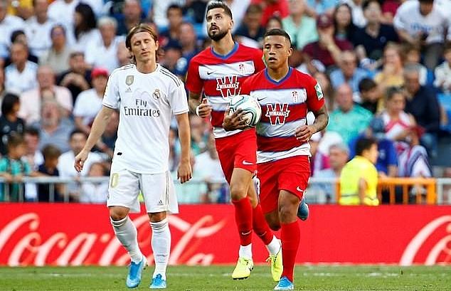Machis (ôm bóng) và các đồng đội suýt làm nên chuyện ở sân của Real. Ảnh: Reuters.