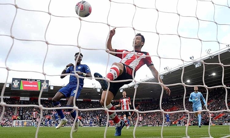 Hàng thủ của Southampton liên tục lâm vào thế bị động trước những pha tấn công tốc độ và trực diện của Chelsea. Ảnh: Reuters.