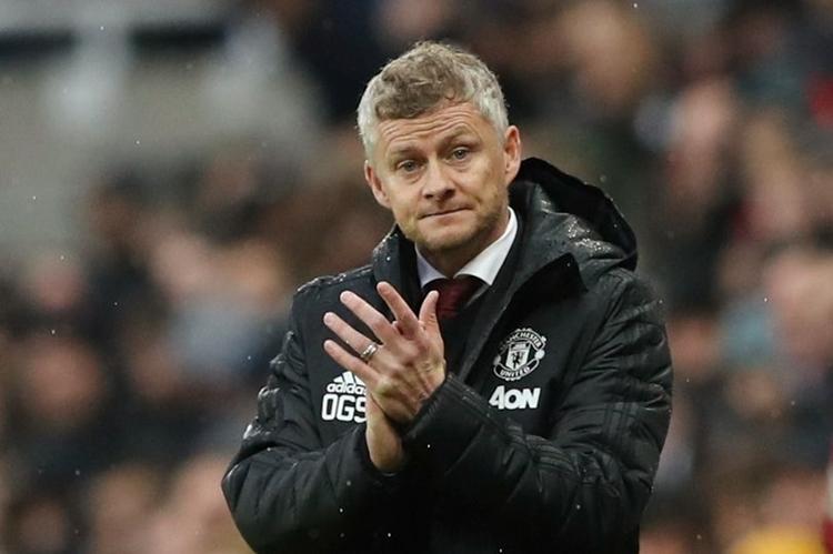Solskjaer thất thần sau trận thua Newcastle. Ảnh: Reuters.