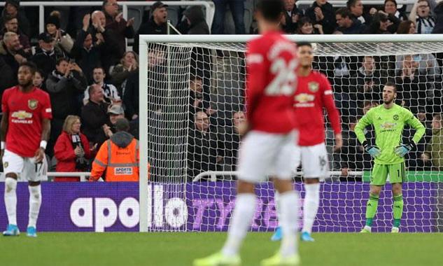 De Gea bất lực với màn trình diễn nhạt nhòa của các đồng đội ở phía trên. Ảnh: Reuters.