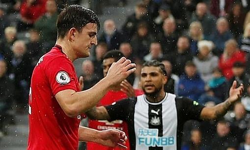Maguire (trái) tiếc nuối sau khi bỏ lỡ cơ hội ngon ăn cuối hiệp một. Ảnh: Reuters.