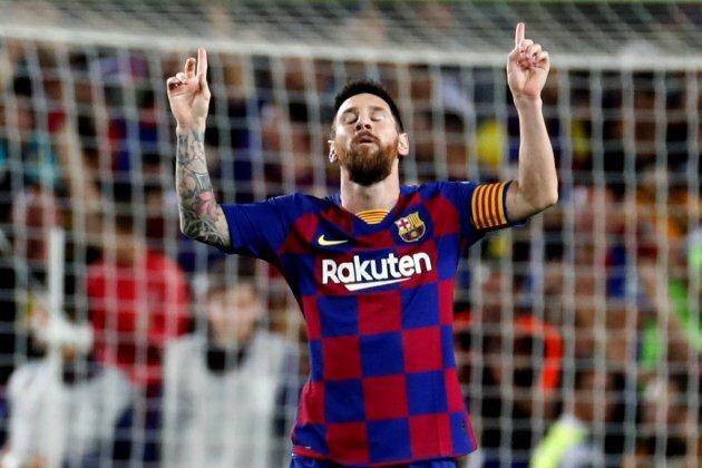 Messi mừng cú đá phạt thành bàn vào lưới Sevilla hôm qua. Ảnh: EFE.