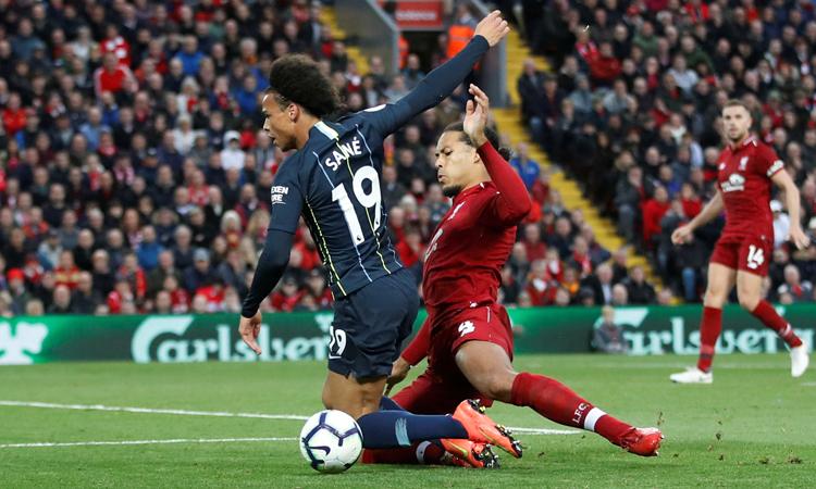 Mùa trước, Van Dijk và Liverpool từng dẫn Man City bảy điểm sau 18 vòng, nhưng vẫn cam phận về nhì vào cuối mùa. Ảnh: Reuters.