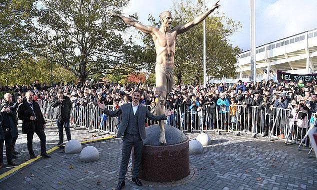Ibrahimovic bên bức tượng của anh tại thành phố Malmo. Ảnh: Reuters.