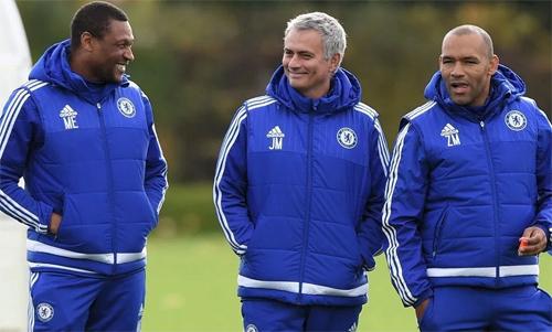 Emenalo (trái) khi còn làm Giám đốc kỹ thuật của Chelsea. Ảnh: PA