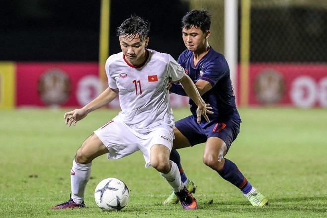 Việt Nam (áo trắng) vượt qua chủ nhà Thái Lan để vào chung kết với Hàn Quốc. Ảnh:FAT.