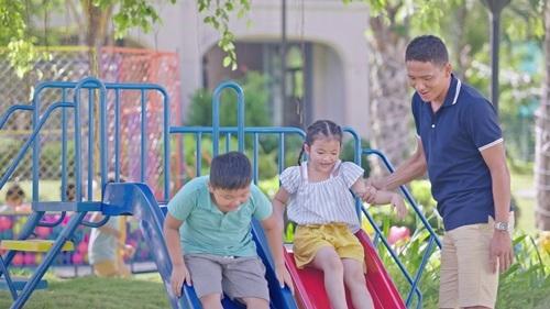 Chơi đùa cùng các con là niềm vui của Anh Đức ngoài sân cỏ.