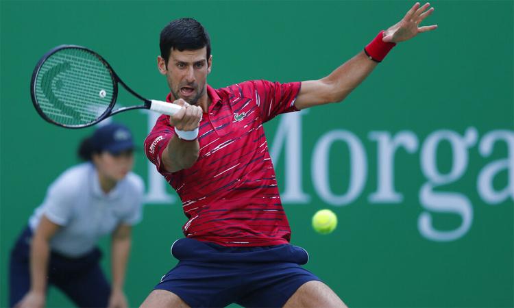Djokovic có chút vất vả ở set 1, nhưng vẫn đủ sức để vượt qua Isner. Ảnh: AP.