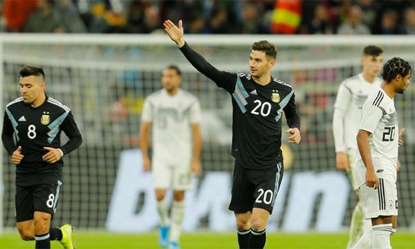Alario (số 20) vào sân từ ghế dự bị và giúp Argentina thoát thua trước Đức. Ảnh: Reuters.