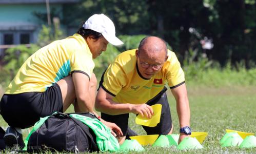 Lee Young-jin (trái) là trợ lý thân tín của HLV Park Hang-seo, giúp ông đưa ra chiến thuật hợp lý cho các trận đấu. Ảnh: Đức Đồng.