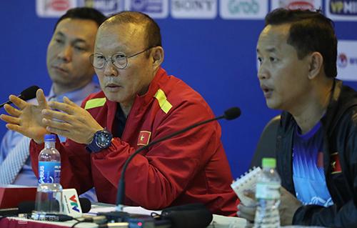 Phiên dịch cho ông Park lần này là trợ lý ngôn ngữ Lê Huy Khoa (phải) - người đã song hành ở giải U23 châu Á và Asiad 2018. Ảnh: Ngọc Thành.