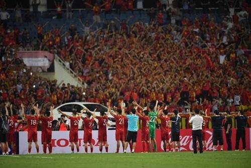 Tuyển Việt Nam cảm ơn khán giả sau trận đấu.