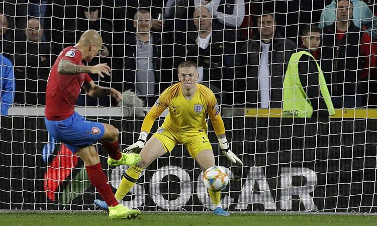 Ondrasek giúp Czech cùng có 12 điểm như tuyển Anh. Ảnh: AP.