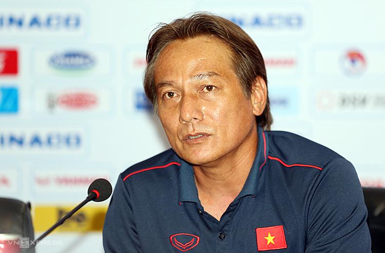 Trợ lý Nguyễn Văn Đàn thông tin về trận giao hữu giữa U22 Việt Nam - U22 UAE. Ảnh: Đức Đồng.