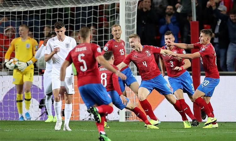 Anh (áo trắng) thua ngược trên sân CH Czech. Ảnh: Reuters.